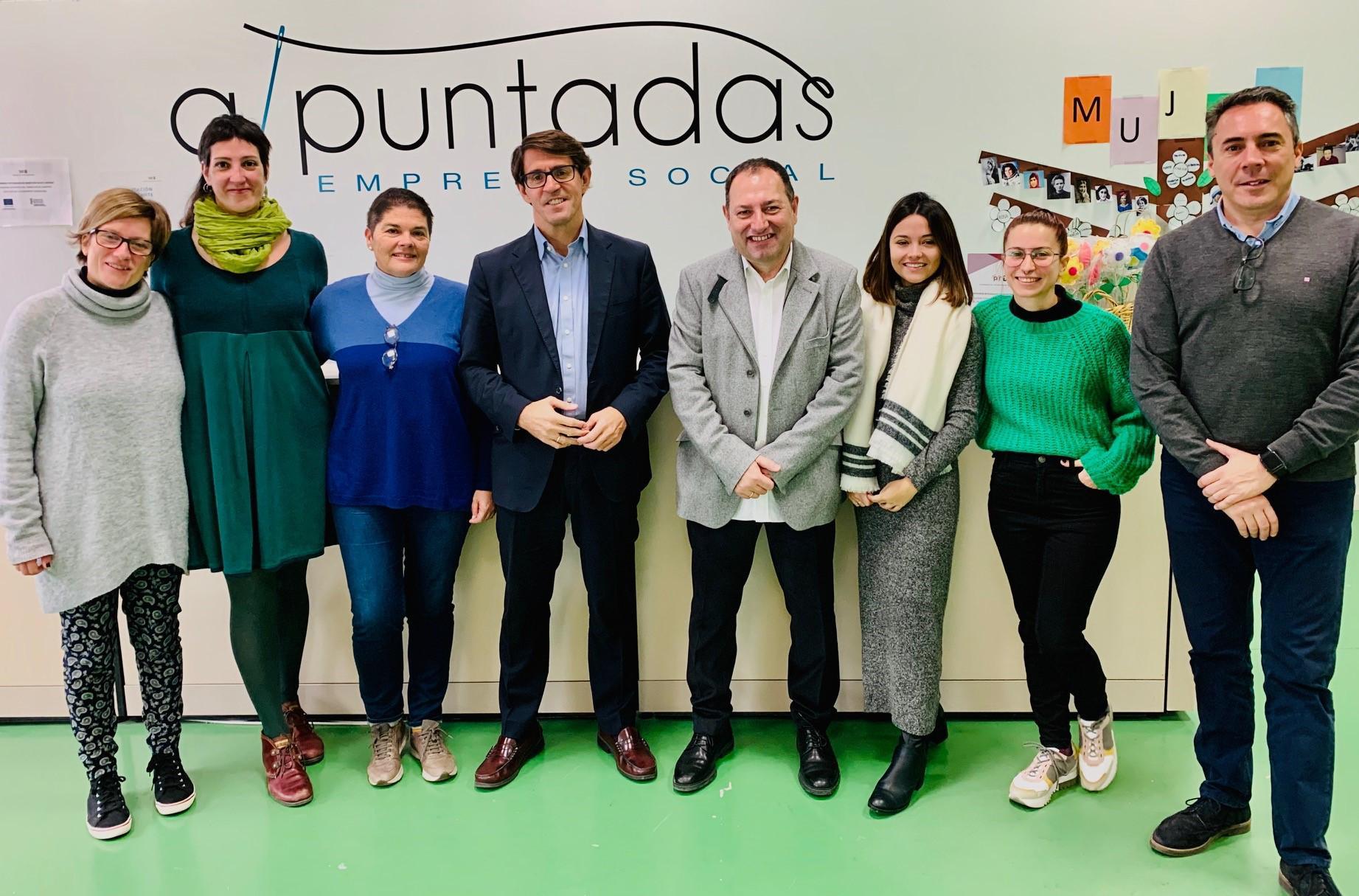 El diputado de Cooperación y Voluntariado visita la firma de confección textil A Puntadas